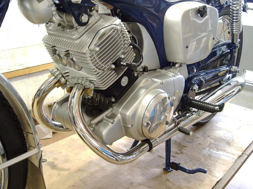 1280px-Honda_CB92_Motor_01